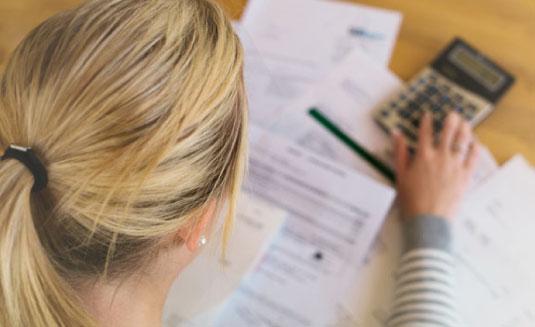 Bild einer arbeitenden Frau am Schreibtisch